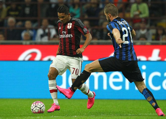 MILAN, ITALY - SEPTEMBER 13:  Carlos Bacca of AC Milan is challenged by Davide Santon of FC Internazionale Milano during the Serie A match between FC Internazionale Milano and AC Milan at Stadio Giuseppe Meazza on September 13, 2015 in Milan, Italy.  (Photo by Marco Luzzani/Getty Images)